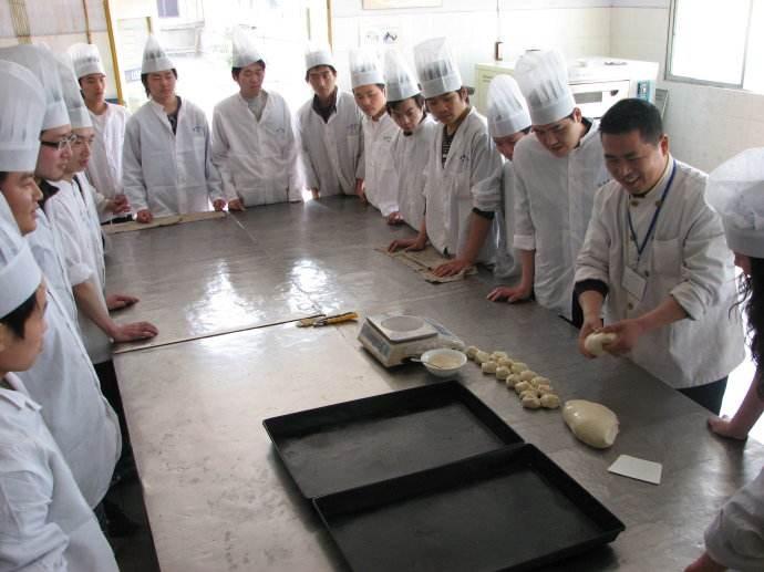 北京厨师培训学校哪家好?厨师这个职业越来越被人们尊重了,不说前不久的北大厨师,现在,人民代表大会,高等学府讲坛都能看到德才兼备的厨师的身影。优秀的厨师是餐饮业发展的潜力和动力,是餐饮发展的中流砥柱人才。   厨师,有这些!   工作禁忌   一:不随地吐痰,不乱扔垃圾,工作区域干净整洁卫生。   二:着装整洁,正确穿戴工作服工作帽,随时维护个人卫生   三:不浪费原料,生熟分开避免炒勺尝口味   四:在厨房内禁止吸烟。       北京厨师培训学校哪家好: