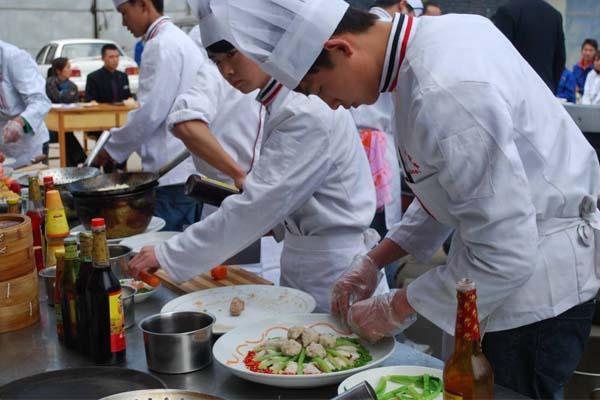 青岛有着北方特色的海鲜大席,盛产海参,扇贝,鲍鱼,海螺,大对虾,加吉鱼