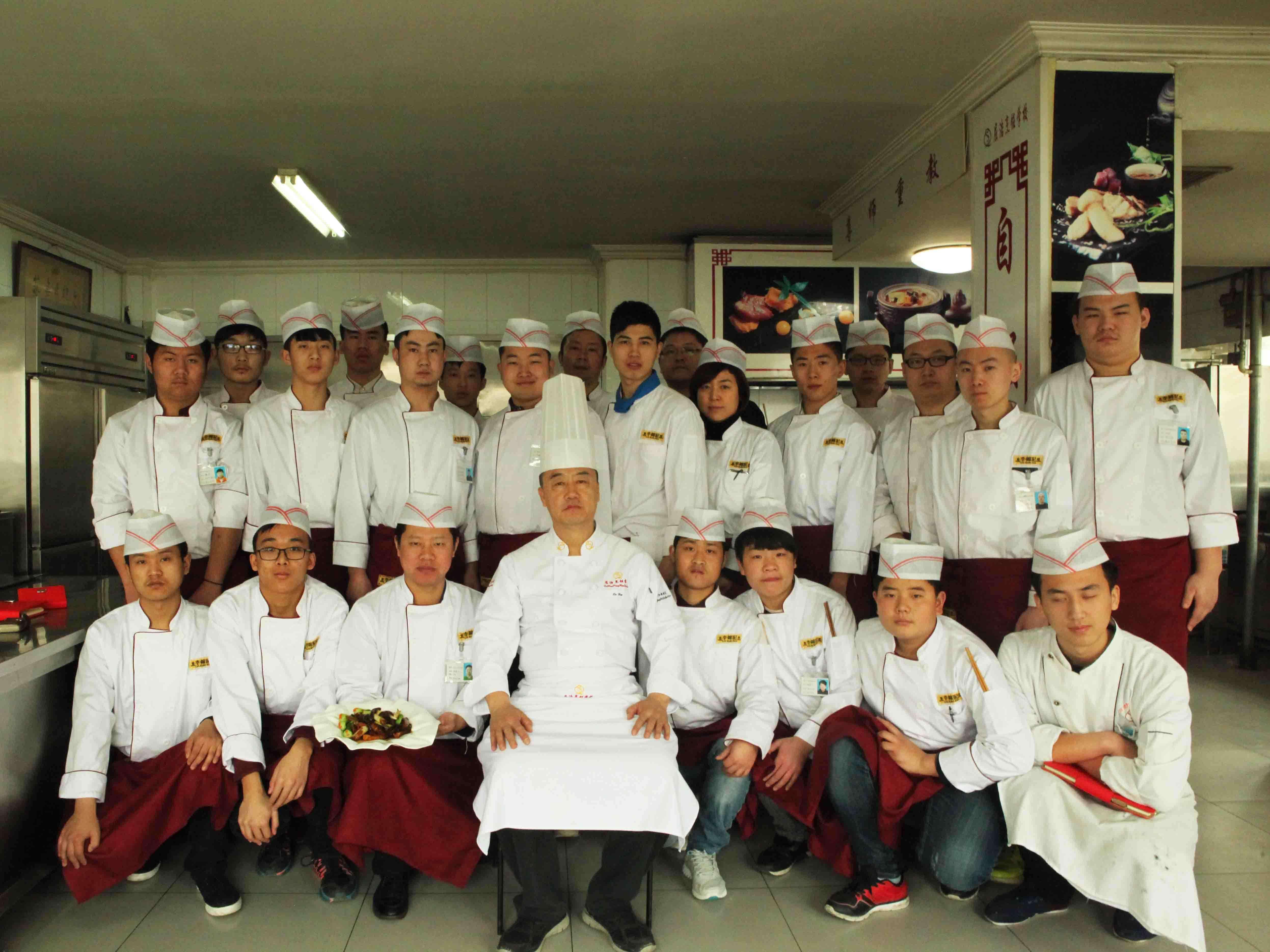 北京屈浩烹饪厨师培训学校 屈浩大师与学员合影
